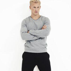 Bambussæt med en grå sweatshirt og sorte shorts