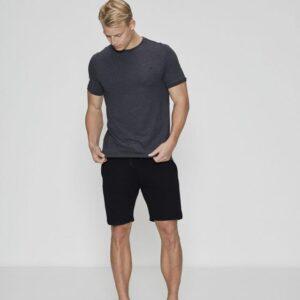 Bambussæt med en mørkegrå pique t-shirt og sorte shorts