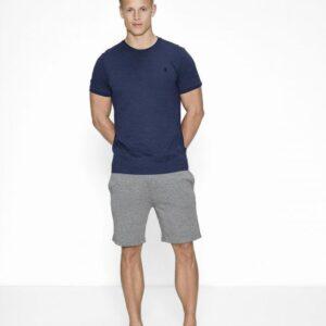 Bambussæt med en navy pique t-shirt og grå shorts