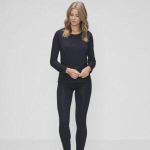 Bambussæt med en sort langærmet t-shirt og sorte leggings