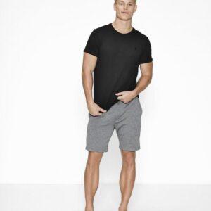 Bambussæt med en sort pique t-shirt og grå shorts