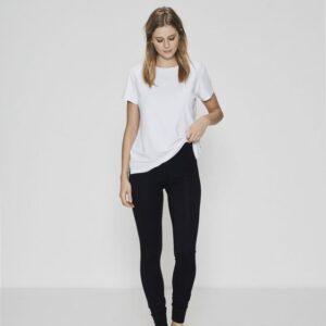 Bambussæt med hvid t-shirt og sorte leggings